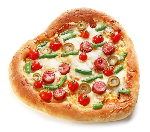 Gustosa pizza a forma di cuore isolata su uno spazio bianco