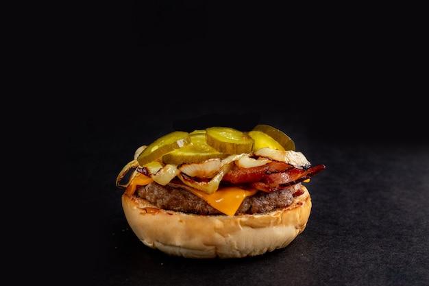Gustoso hamburger fatto in casa sul tavolo di legno. burger isolato