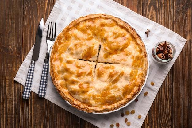 Gustosa torta di mele fatta in casa su un tavolo di legno