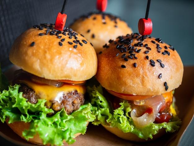 Gustoso hamburger fatto in casa pronto da mangiare.