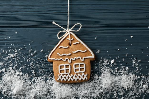 Biscotti casalinghi saporiti di natale con neve su di legno blu, spazio per testo. avvicinamento