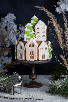 Gustosa torta al miele di natale fatta in casa con decorazioni di pan di zenzero