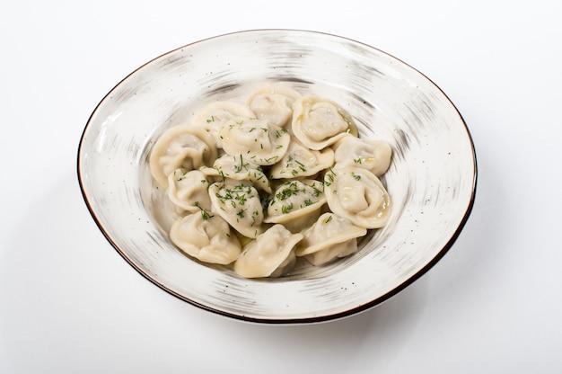Gnocchi casalinghi saporiti della carne sulla tavola bianca