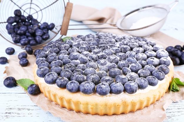 Gustosa torta fatta in casa con mirtilli sulla tavola di legno