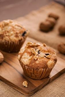 Gustosi muffin alle noci fatti in casa sul tavolo. dolci