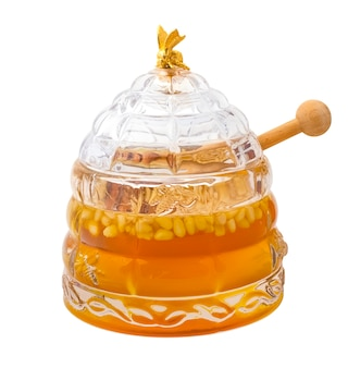 Gustoso miele con noci di cedro in un barattolo di vetro su sfondo bianco. oggetto isolato