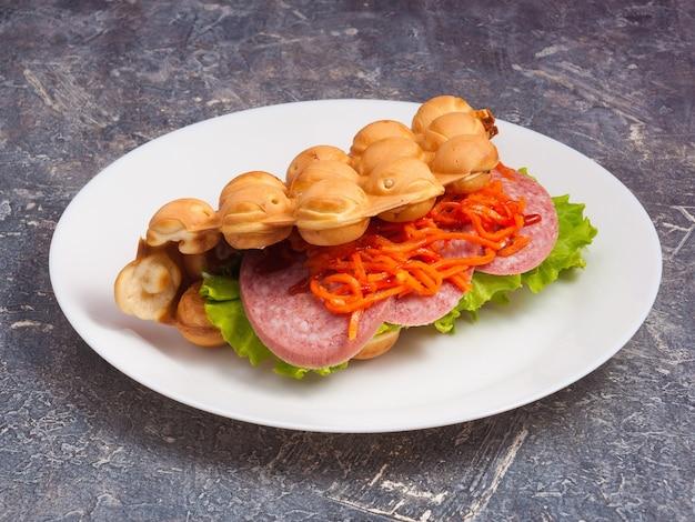 Gustosi waffle di hong kong con salame e verdure