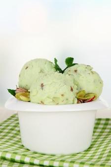Gustosi palline di gelato nella ciotola, sul tavolo