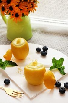 Gustoso dessert al limone con buccia di limone, da vicino