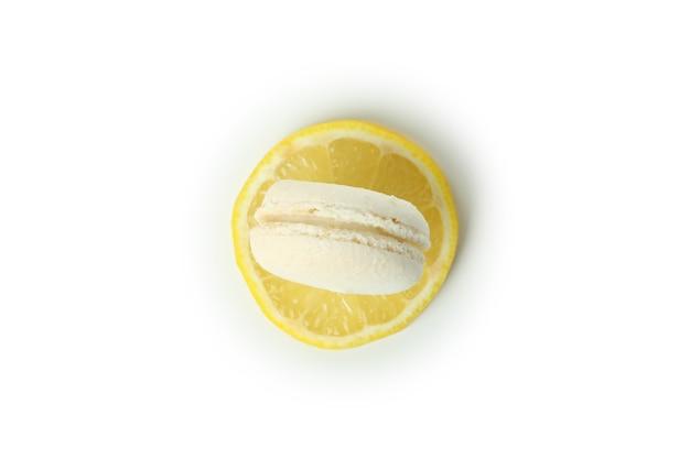 Gustoso amaretto al limone isolato su sfondo bianco