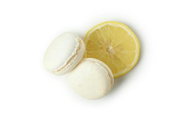 Gustosi amaretti al limone isolati su sfondo bianco