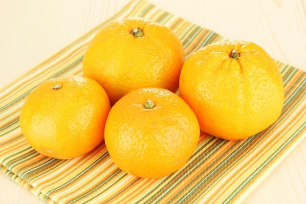 Gustosi mandarini sul tovagliolo sulla luce