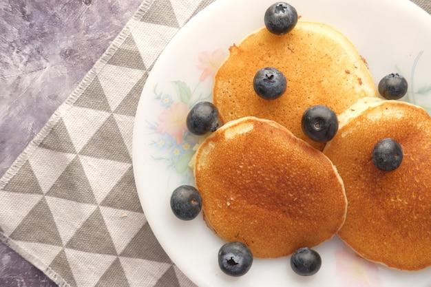 Gustoso pasto con frutti di bosco e pan torta in una ciotola sul nero