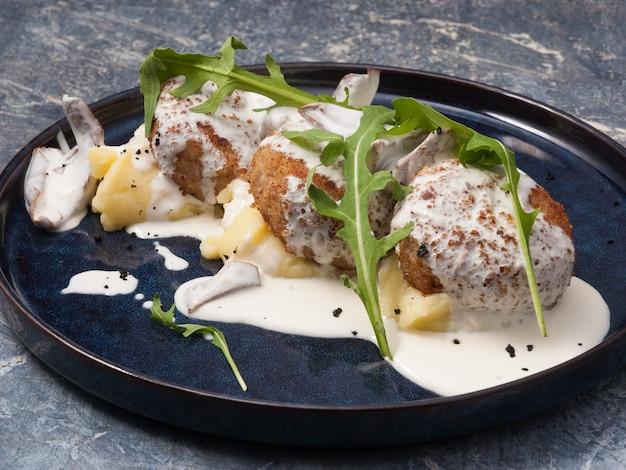 Gustose cotolette di carne o pollo con purè di patate e salsa di funghi