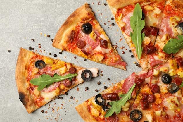 Gustosa pizza di carne su grigio