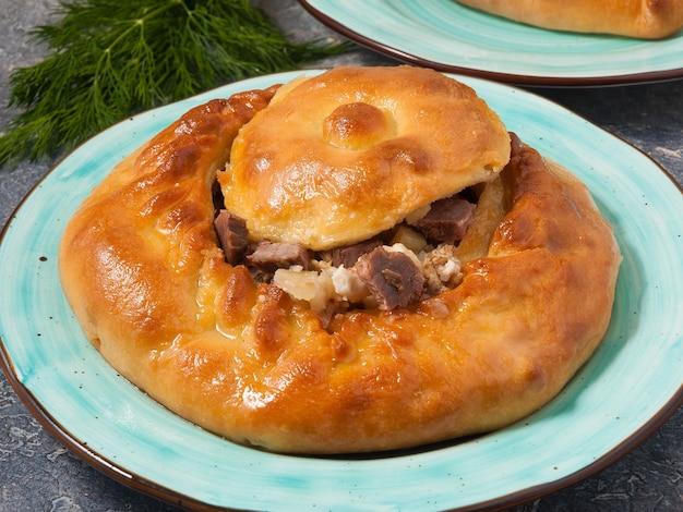 Gustosa torta tartara nazionale zur balish con carne e patate