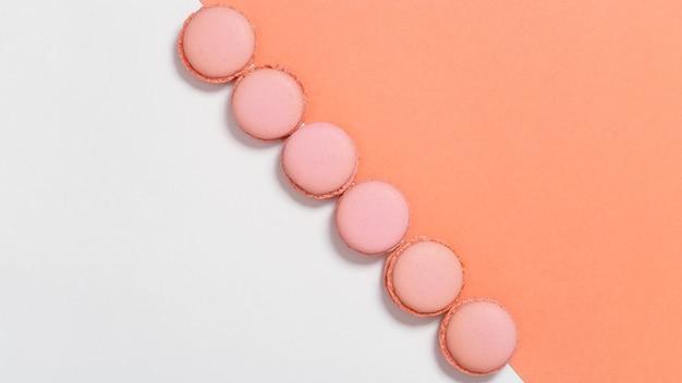 Gustosi amaretti arancioni immagine in stile minimale con fila di biscotti alle mandorle sfondo alimentare