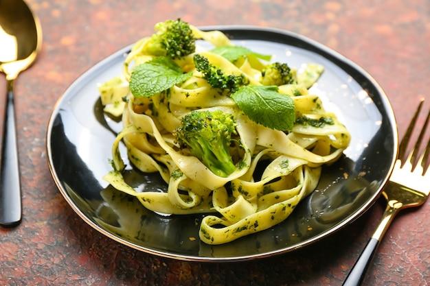Gustosa pasta con broccoli su grunge