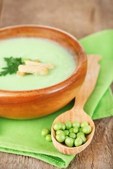 Gustosa zuppa di piselli su tavola di legno
