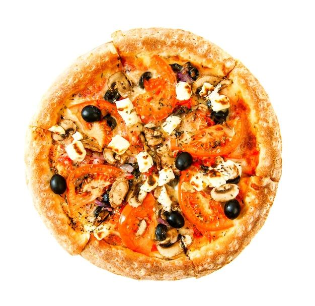 Gustosa pizza su uno sfondo bianco. veggie una pizza con pomodori, olive, funghi e formaggio.