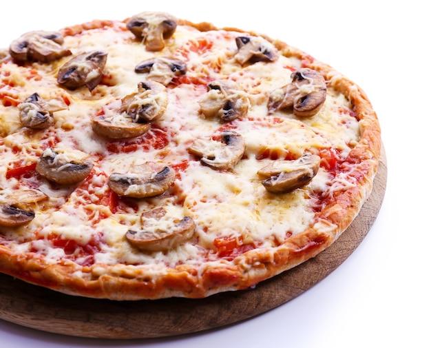 Pizza gustosa con verdure isolate su bianco