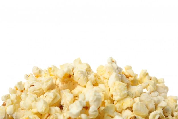 Popcorn saporito isolato su bianco, alto vicino