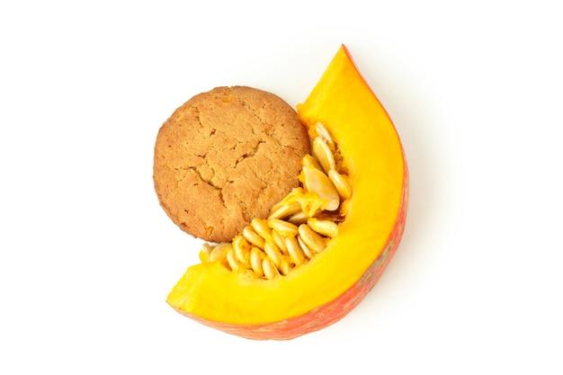 Gustoso biscotto di zucca isolato su sfondo bianco.