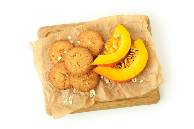 Gustosi biscotti di zucca isolati su sfondo bianco.