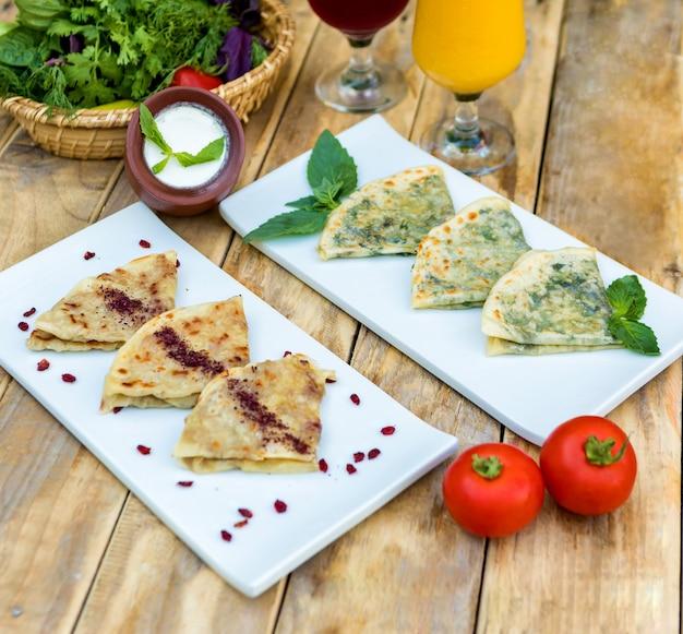 Gustoso qutab, pasto azero con yogurt sul piatto di legno