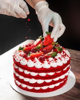 Torta rossa saporita della fragola, ingrediente di versamento