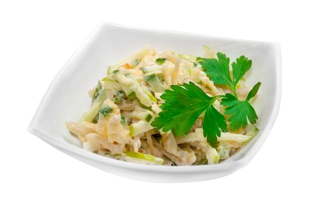 Gustosa insalata di mela verde e calamari bolliti su sfondo bianco. oggetto isolato