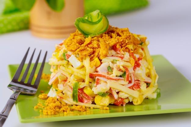 Gustosa insalata con cetriolo di mais carne di granchio e uova close up