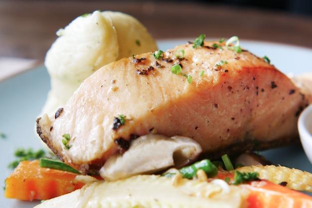 Salmone gustoso, purè di patate e verdure alla piastra