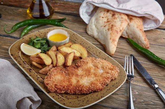 Gustosa cotoletta con patate lesse. vista dall'alto, cibo piatto laico