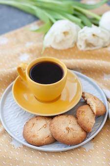 Spuntino gustoso. tazza di caffè e un piatto di biscotti.