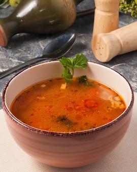 Gustosa zuppa di carne e verdure decorata con prezzemolo in una ciotola