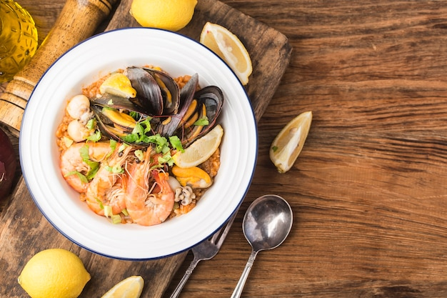 Gustosa paella spagnola con frutti di mare.
