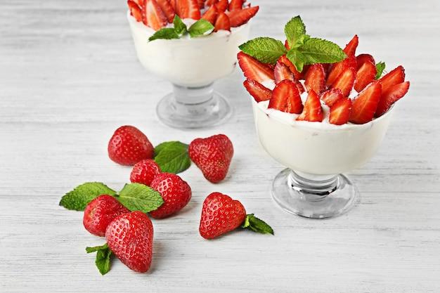 Gustosa fragola con gelato sul tavolo