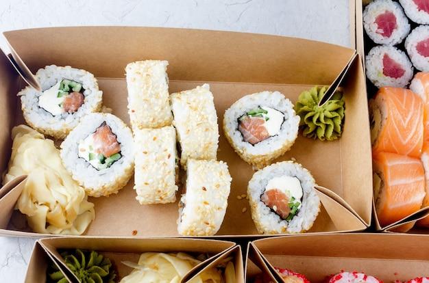 Gustosi rotoli di sushi in scatole di carta kraft usa e getta, servizio di consegna della salsa concept