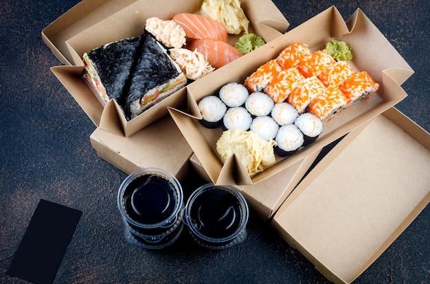 Gustosi rotoli di sushi in scatole di carta kraft usa e getta, salse