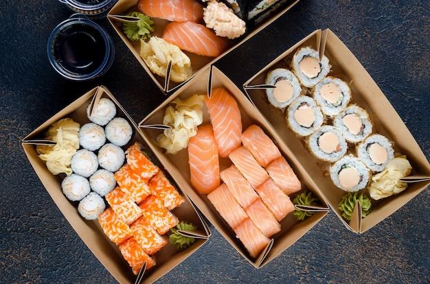 Gustosi rotoli di sushi in scatole di carta kraft usa e getta