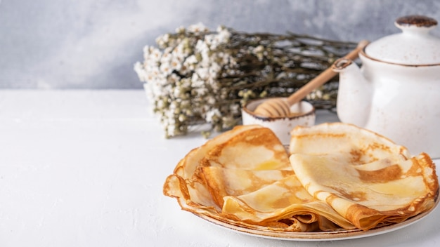 Gustose frittelle sottili su un piatto