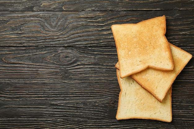 Pane tostato saporito su fondo di legno