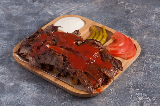 Gustoso döner turco con carne di vitello su un piatto di legno