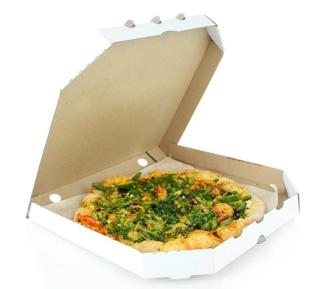 Gustosa pizza vegetariana in scatola, su bianco