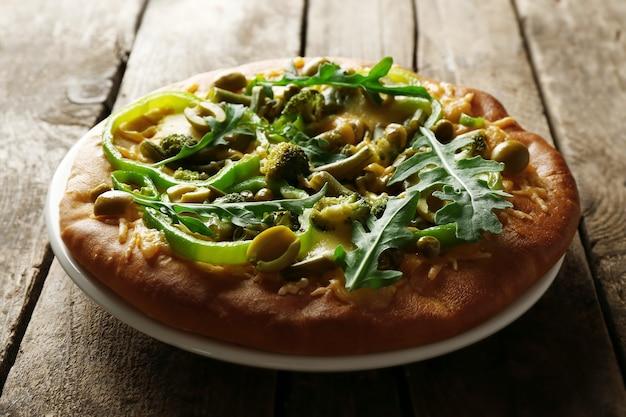 Gustosa pizza vegetariana su fondo in legno