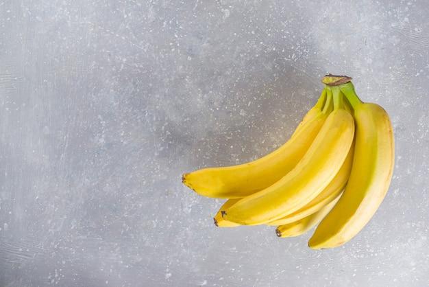 Gustosa banana gialla sul tavolo in cemento grigio vista dall'alto