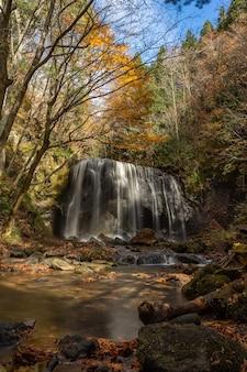 Cascata di tatsuzawafudo in autunno stagione autunnale a fukushima. c'è la cascata di inawashiro, fukushima, in giappone.