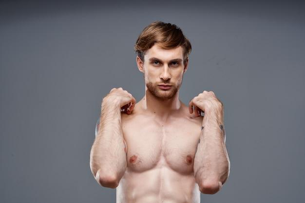 Uomo tatuato torso completo bodybuilder fitness atleta nudo