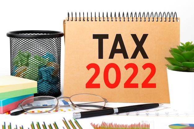 Tasse 2022. blocco note, grafico. concetto di contabilità. disposizione piatta.